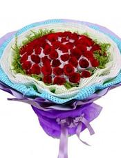 66枝红玫瑰独立包装,黄英围边。