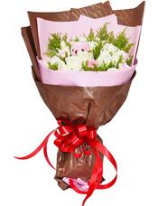 19枝白玫瑰,11枝康乃馨,黄英丰满,1只粉色小熊