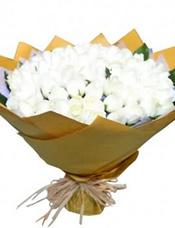 101枝白玫瑰,绿叶围边