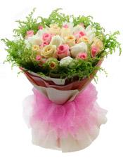 粉色、白色、香槟色三色玫瑰各11枝,黄莺外围点缀