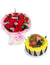 19枝红玫瑰,栀子叶、勿忘我搭配;8寸圆形鲜奶水果蛋糕,时令水果,黄色果浆,巧克力插片围圈。