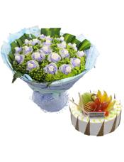 白玫瑰21支,八卦草,绿豆,龟背叶;8寸圆形鲜奶水果蛋糕,水果装饰。