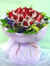 36枝红色玫瑰连日式衬花,圆形包装。
