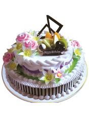 双层圆形水果蛋糕,上层奶油花,时令水果,巧克力插片装饰。下层果浆奶油花,外围巧克力酱条形描边。