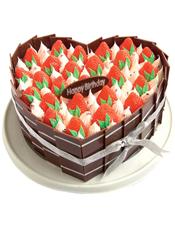 心形鲜奶水果蛋糕,外用巧克力片包裹,上层草莓装饰(属于季节性水果,缺货用其他水果代替)