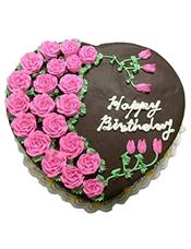 心形巧克力蛋糕,粉红色奶油花装饰