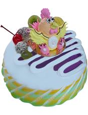圆形鲜奶蛋糕,时令水果装饰,中间一只小鸡。