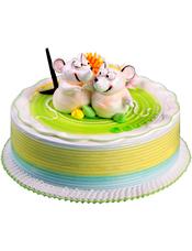 圆形奶油蛋糕,奶油花装饰,两只相互依偎的小老鼠。