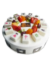 圆形欧式水果蛋糕,巧克力麻将、各色时令水果艺术装饰,纯手工巧克力片围边。