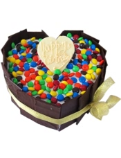 心形鲜奶蛋糕,巧克力围圈,彩色糖果铺面
