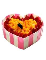 心形水果蛋糕,巧克力片围边,时令水果装饰