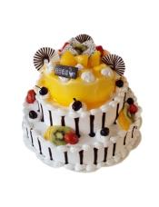 三层圆形鲜奶水果蛋糕、新鲜水果巧克力片围边,浓郁果酱围边。