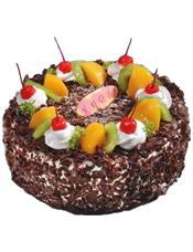 圆形黑森林蛋糕,时令水果装饰,白色奶油点缀红樱桃。