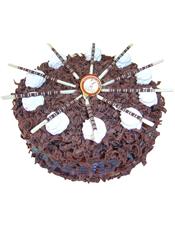 圆形黑森林蛋糕,白色奶油花、巧克力棒装饰